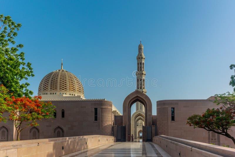 Μια φρουρά του Muscat μεγάλου μουσουλμανικού τεμένους στο χαρακτηριστικό φόρεμα νωρίς μέσα στοκ φωτογραφία με δικαίωμα ελεύθερης χρήσης