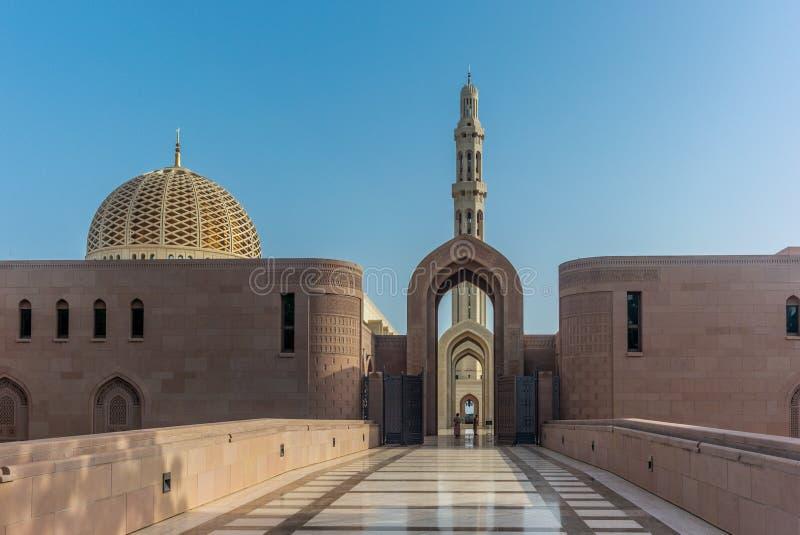 Μια φρουρά του Muscat μεγάλου μουσουλμανικού τεμένους στο χαρακτηριστικό φόρεμα νωρίς μέσα στοκ φωτογραφίες