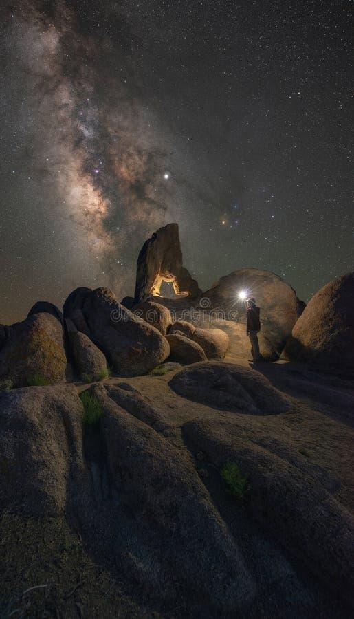 Μια φωτίζοντας αψίδα μποτών προσώπων στους λόφους της Αλαμπάμα κάτω από το γαλακτώδη γαλαξία τρόπων στοκ εικόνες με δικαίωμα ελεύθερης χρήσης