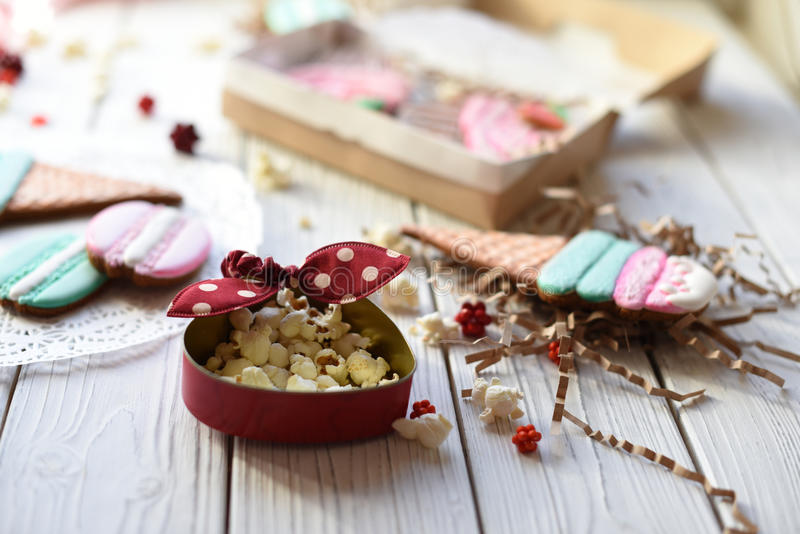 Μια φωτεινή καρφίτσα επάνω στη φωτογραφία ύφους με τα μπισκότα στη μορφή των κώνων παγωτού, macarons και cupcakes στοκ εικόνες με δικαίωμα ελεύθερης χρήσης