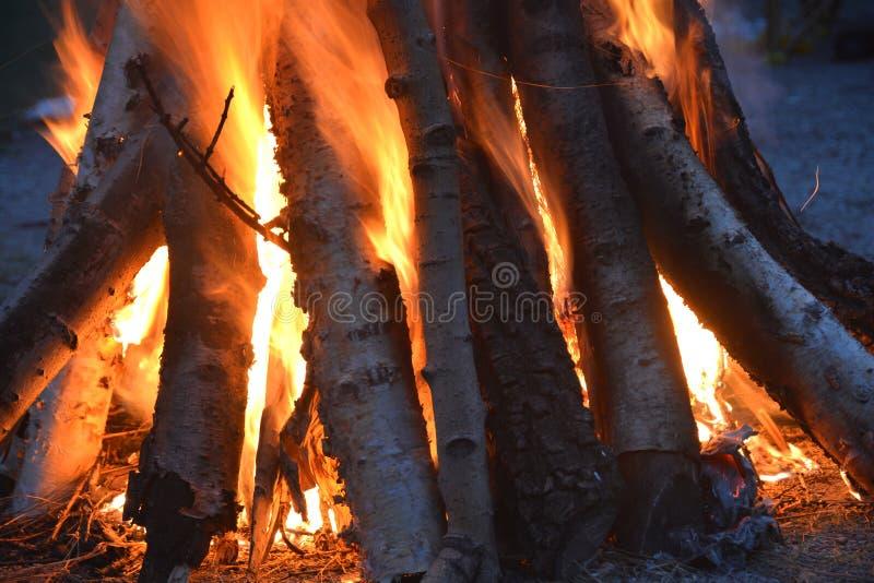 Μια φωτιά που καίει τη νύχτα στοκ φωτογραφίες