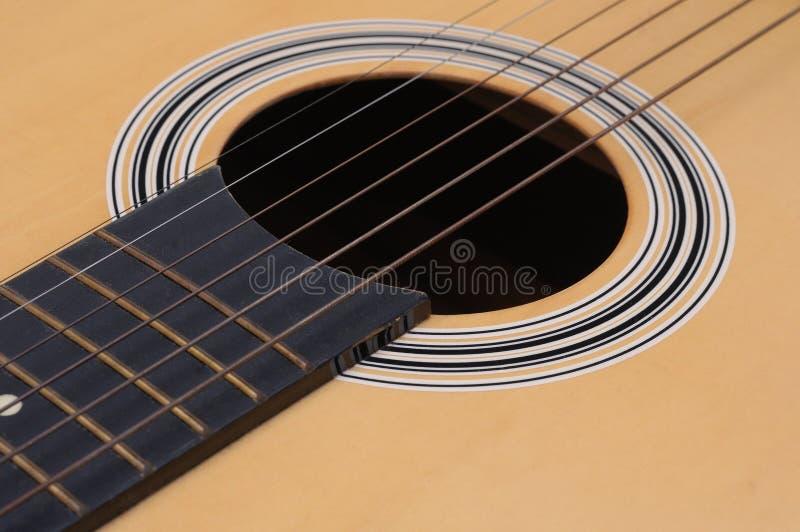 Μια φωτογραφία κινηματογραφήσεων σε πρώτο πλάνο του υγιούς σώματος τρυπών μιας ακουστικής κιθάρας στοκ φωτογραφία με δικαίωμα ελεύθερης χρήσης