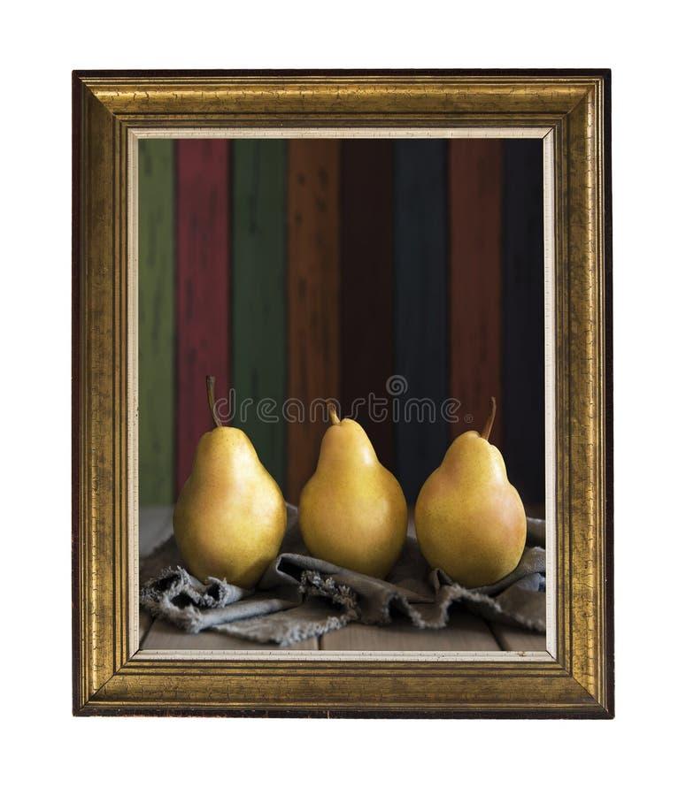 Μια φωτογραφία σε ένα εκλεκτής ποιότητας πλαίσιο Εύγευστο κίτρινο αχλάδι Ουίλιαμς σε ένα ξύλινο υπόβαθρο των έγχρωμων ξύλινων πιν στοκ εικόνα με δικαίωμα ελεύθερης χρήσης