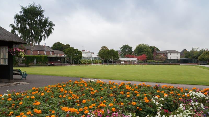 Μια χαμηλού επιπέδου άποψη του μπόουλινγκ πράσινου στο Βικτόρια Παρκ στοκ εικόνες με δικαίωμα ελεύθερης χρήσης