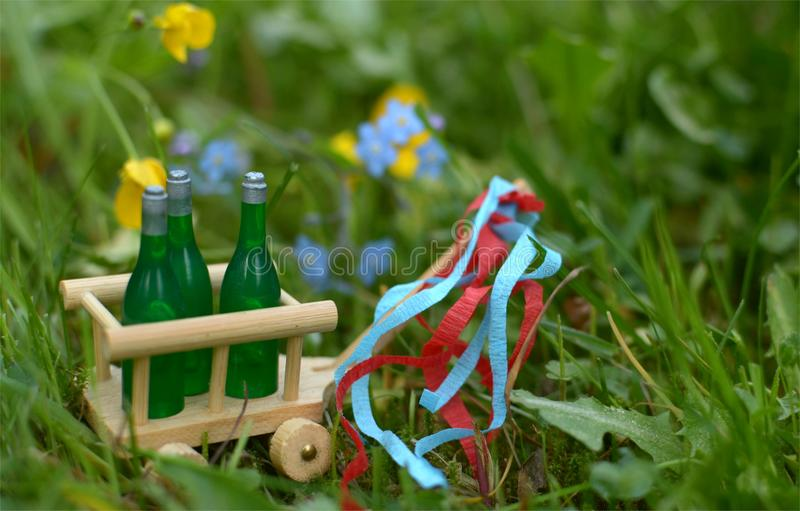 Μια χειράμαξα με τρία μπουκάλια της μπύρας ή του κρασιού για την ημέρα πατέρων στοκ εικόνες με δικαίωμα ελεύθερης χρήσης