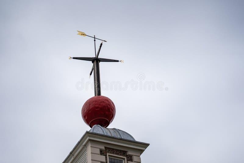 Μια χρονική σφαίρα με το weathervane κάθεται επάνω στο δωμάτιο οκταγώνων του σπιτιού Flamstead στο βασιλικό παρατηρητήριο Γκρήνου στοκ φωτογραφία με δικαίωμα ελεύθερης χρήσης