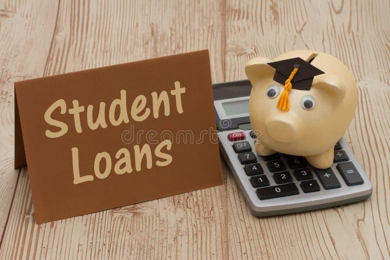 Μια χρυσή piggy τράπεζα με το grad ΚΑΠ, την κάρτα και τον υπολογιστή στο ξύλινο β στοκ φωτογραφίες
