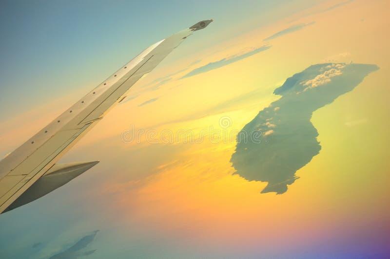 Μια όμορφη άποψη από την παραφωτίδα του airbus σε Icaria, επίσης συλλαβισμένο Ikaria, που πετά στα ύψη στον ήλιο στοκ φωτογραφία με δικαίωμα ελεύθερης χρήσης