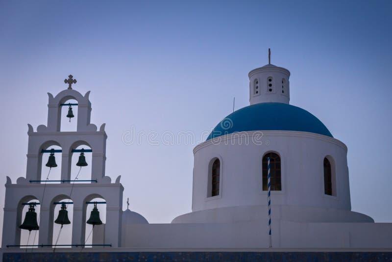 Μια όμορφη εκκλησία με την μπλε στέγη σε Santorini/την Ελλάδα στοκ φωτογραφία