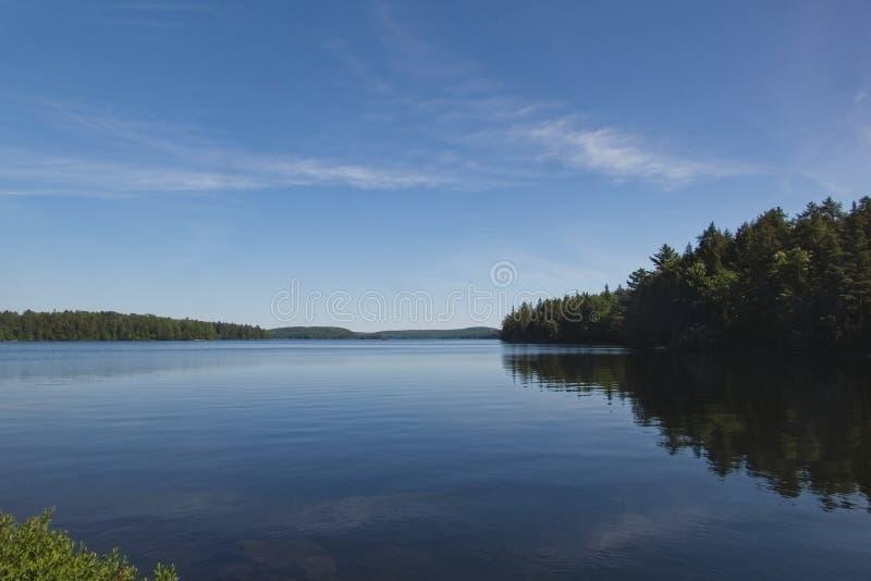 Μια όμορφη λίμνη μια ηλιόλουστη, θερινή ημέρα στοκ εικόνες με δικαίωμα ελεύθερης χρήσης