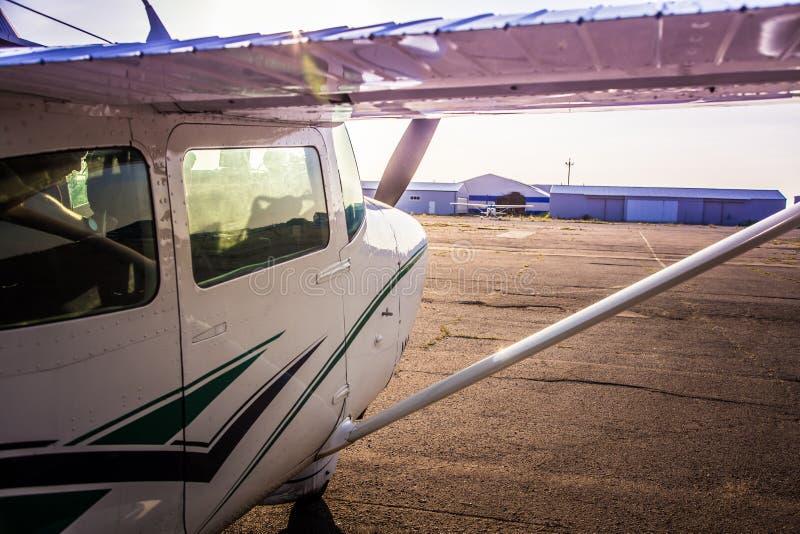 Μια όμορφη μικρή αναμονή αεροπλάνων για να ανασηκώσει σε έναν ιδιωτικό αερολιμένα στοκ εικόνες