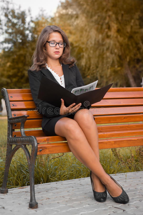 Μια όμορφη νέα επιχειρησιακή γυναίκα στοκ εικόνες