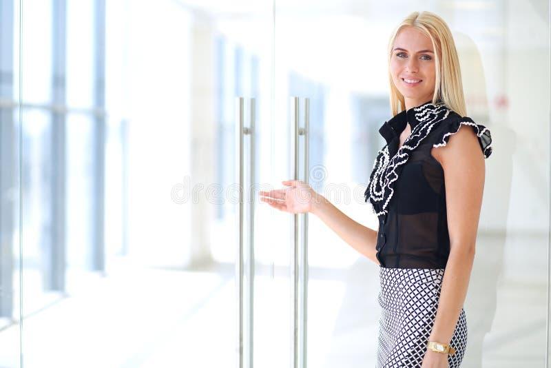 Μια όμορφη ξανθή επιχειρησιακή γυναίκα ανοίγει το γραφείο στοκ εικόνες με δικαίωμα ελεύθερης χρήσης