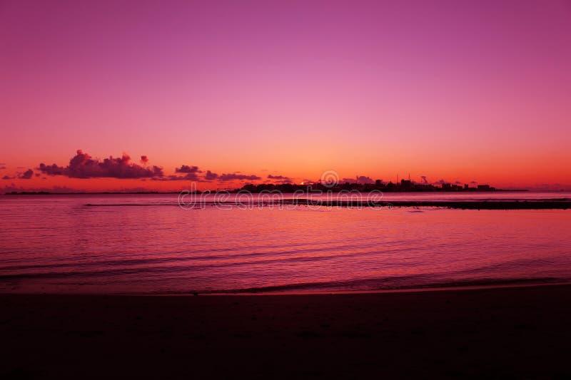Μια όμορφη παραλία ηλιοβασιλέματος στις Μαλδίβες στοκ εικόνες