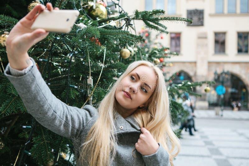 Μια όμορφο νέο ξανθό γυναίκα ή ένα κορίτσι που κάνει selfie ή που φωτογραφίζει στοκ εικόνες