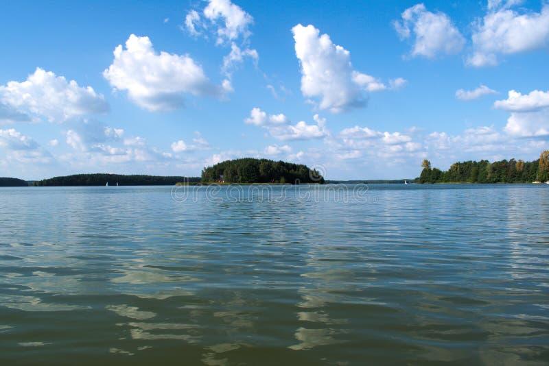 Μια beautyful άποψη της λίμνης και του νησιού στοκ εικόνα