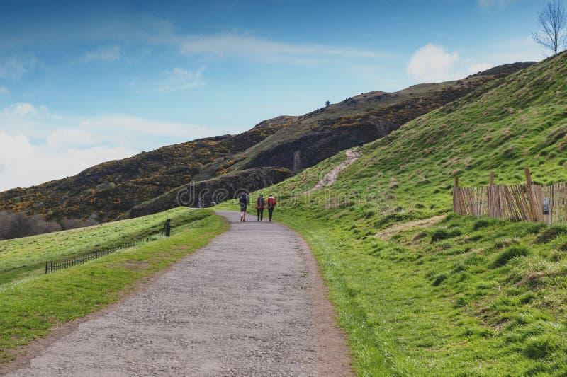 Μια hillwalking διαδρομή μέχρι το κάθισμα Arthur's, το υψηλότερο σημείο στο Εδιμβούργο που βρίσκεται στο πάρκο Holyrood, Σκωτία στοκ εικόνες