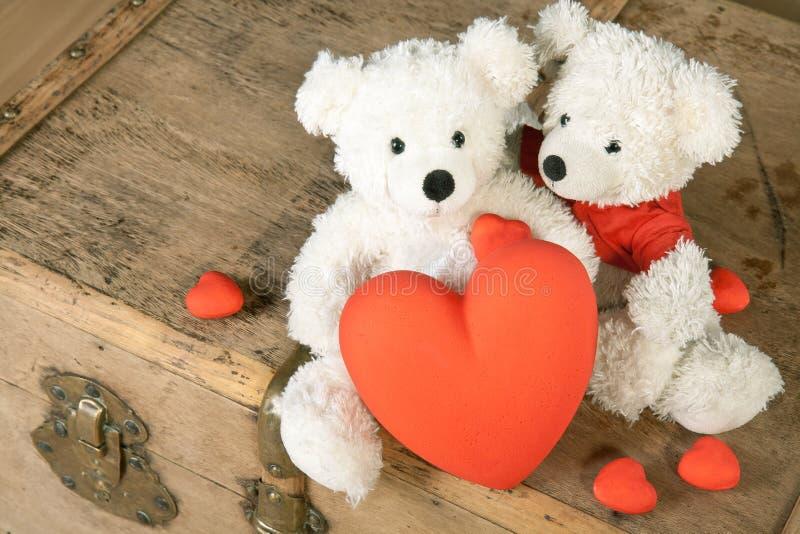 Μια teddy αρκούδα δεδομένης μακριά της καρδιάς του στοκ εικόνες
