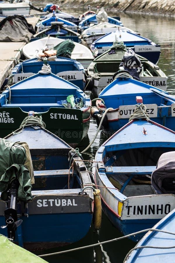 Μικρά αλιευτικά σκάφη που δένονται στο λιμένα στοκ εικόνες