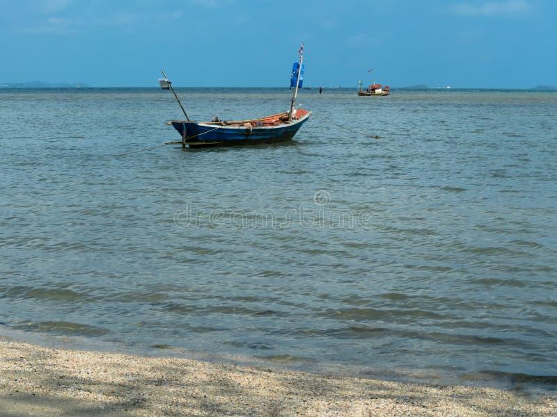 Μικρά αλιευτικά σκάφη των ψαράδων που σταθμεύουν στην παραλία στοκ φωτογραφίες
