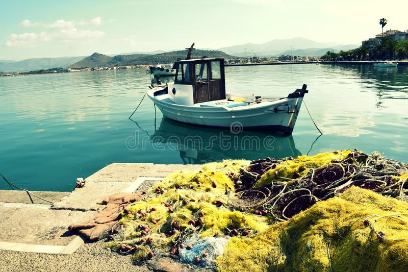 Μικρά αλιευτικό σκάφος και ψάρια καθαρά στοκ φωτογραφία με δικαίωμα ελεύθερης χρήσης