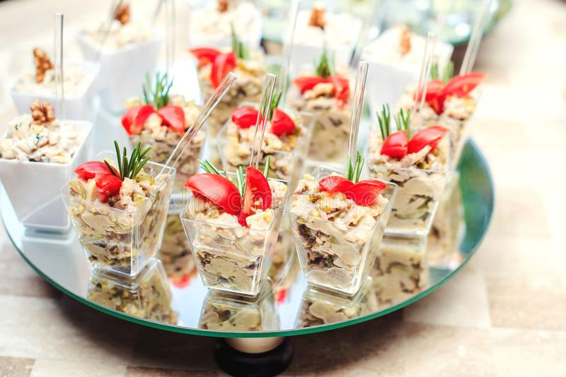 Μικρά γυαλιά με φρέσκες σαλάτες στο πάρτι Τρόφιμα τροφοδοσίας, σνακ με σαλάτα και μικρές ντομάτες Υπηρεσία δείπνου στοκ φωτογραφίες με δικαίωμα ελεύθερης χρήσης