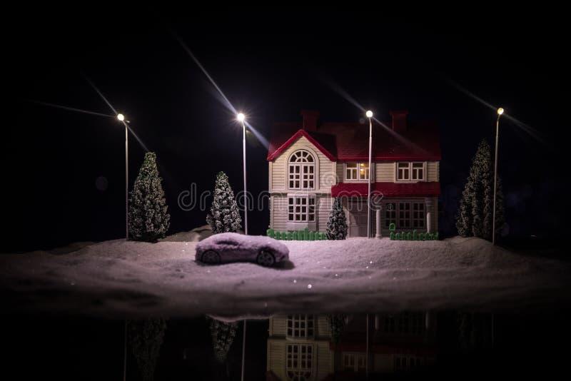 Μικρά διακοσμητικά σπίτια, όμορφη εορταστική ακόμα ζωή, χαριτωμένα μικρά σπίτια τη νύχτα, πραγματικό υπόβαθρο bokeh πόλεων νύχτας στοκ φωτογραφία