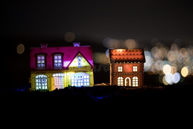 Μικρά διακοσμητικά σπίτια, όμορφη εορταστική ακόμα ζωή, χαριτωμένα μικρά σπίτια τη νύχτα, πραγματικό υπόβαθρο bokeh πόλεων νύχτας στοκ φωτογραφίες