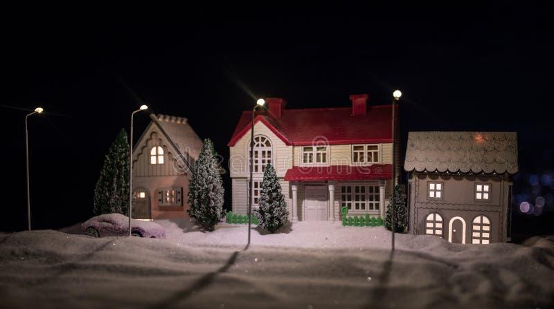 Μικρά διακοσμητικά σπίτια, όμορφη εορταστική ακόμα ζωή, χαριτωμένα μικρά σπίτια τη νύχτα, πραγματικό υπόβαθρο bokeh πόλεων νύχτας στοκ εικόνες