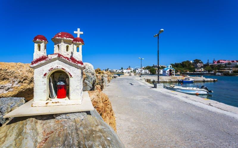 Μικρά εκκλησία και ναυτικό κεριών κάτω από Galata, Κρήτη, ελληνικά νησιά, Ελλάδα, Ευρώπη στοκ εικόνα