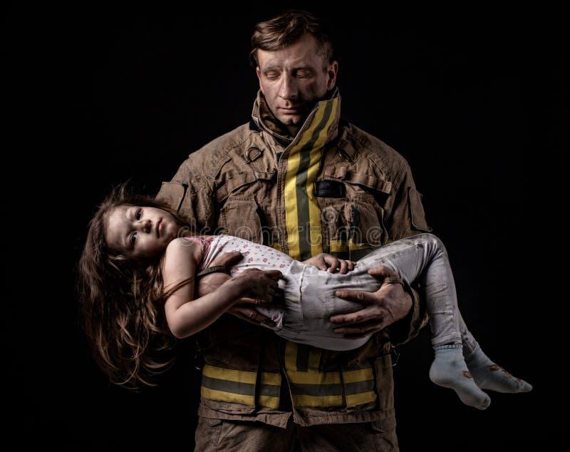 Μικρά κορίτσια εκμετάλλευσης πυροσβεστών σε ετοιμότητα στοκ φωτογραφία με δικαίωμα ελεύθερης χρήσης
