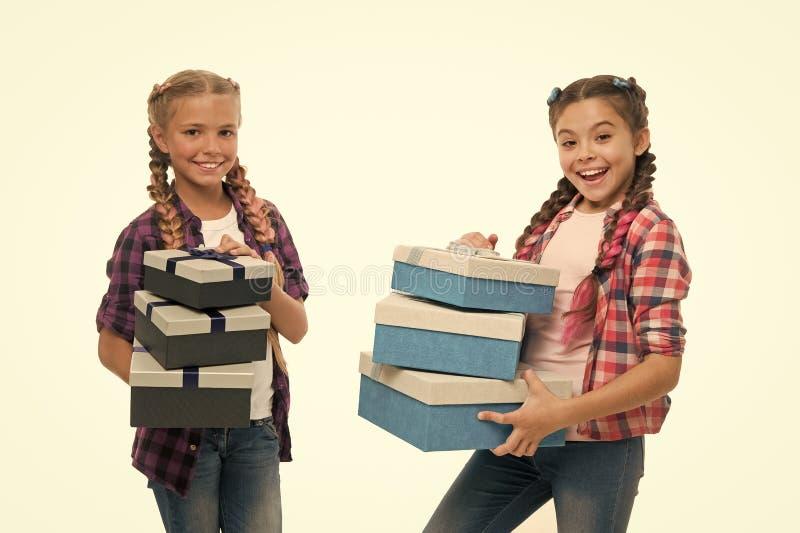 Μικρά κορίτσια παιδιών με τα κιβώτια δώρων σωρών λαβής πλεξουδών hairstyle Παιδιά που διεγείρονται για να ανοίξει τα δώρα Μικρά κ στοκ φωτογραφία με δικαίωμα ελεύθερης χρήσης