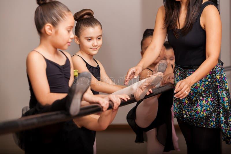Μικρά κορίτσια που απολαμβάνουν την κατηγορία χορού στοκ φωτογραφία με δικαίωμα ελεύθερης χρήσης