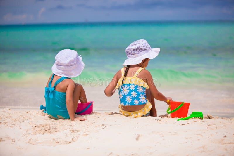 Μικρά κορίτσια που παίζουν με τα παιχνίδια παραλιών κατά τη διάρκεια στοκ εικόνες