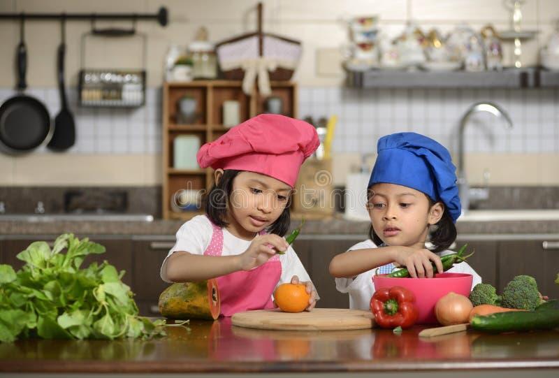 Μικρά κορίτσια που προετοιμάζουν τα υγιή τρόφιμα στοκ εικόνες