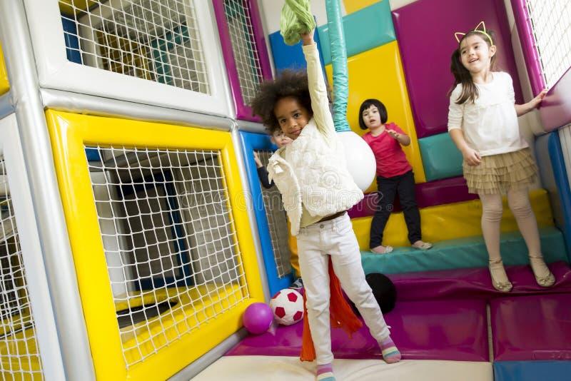 Μικρά κορίτσια στον παιδικό σταθμό στοκ εικόνα με δικαίωμα ελεύθερης χρήσης