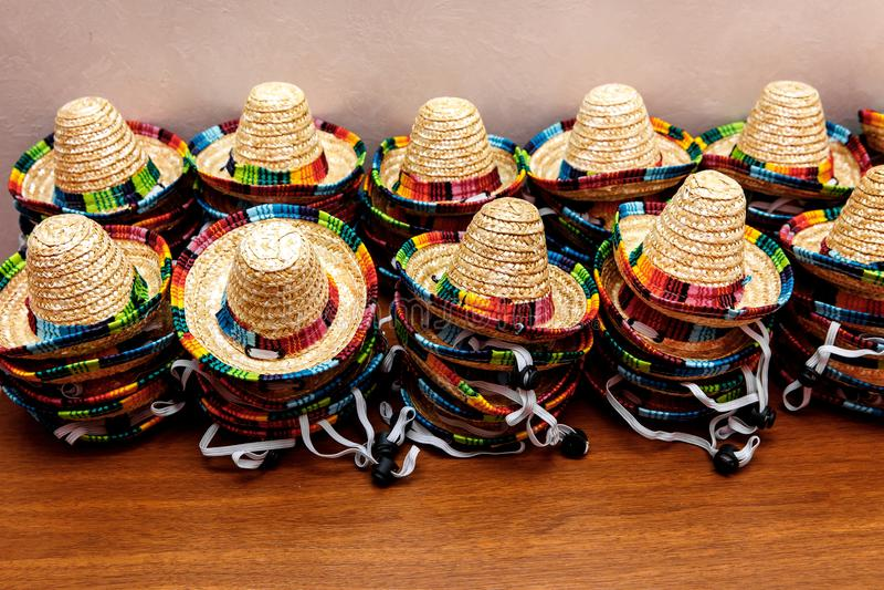 Μικρά μεξικάνικα καπέλα ή σομπρέρο που συσσωρεύονται επάνω ο ένας πάνω από τον άλλον στοκ εικόνες