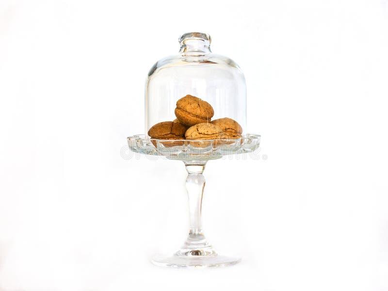 Μικρά μπισκότα αμυγδάλων σε ένα βάζο γυαλιού σε ένα υψηλό πόδι κάτω από ένα γυαλί στοκ φωτογραφία με δικαίωμα ελεύθερης χρήσης