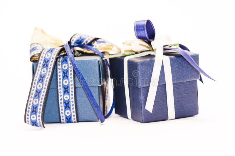 Μικρά μπλε δώρα σε καθαρό λευκό φόντο - φωτογραφία στοκ εικόνες