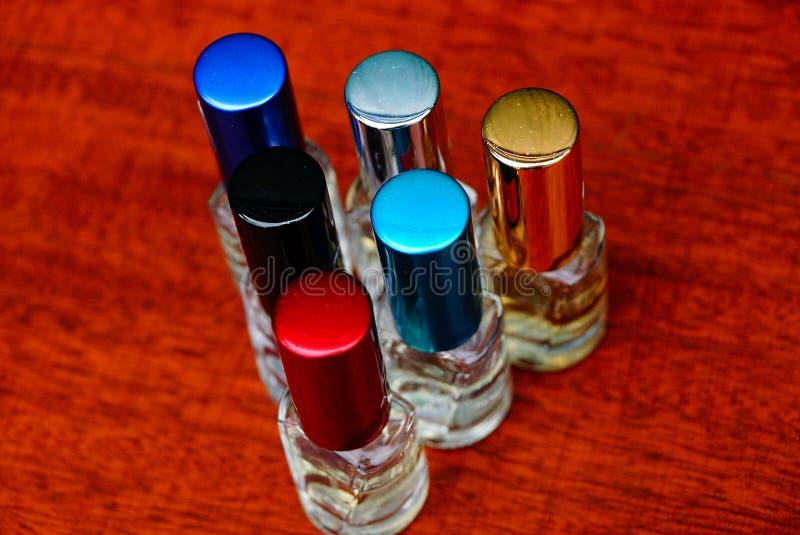 Μικρά μπουκάλια αρώματος γυαλιού με τα χρωματισμένα καλύμματα στοκ εικόνες με δικαίωμα ελεύθερης χρήσης