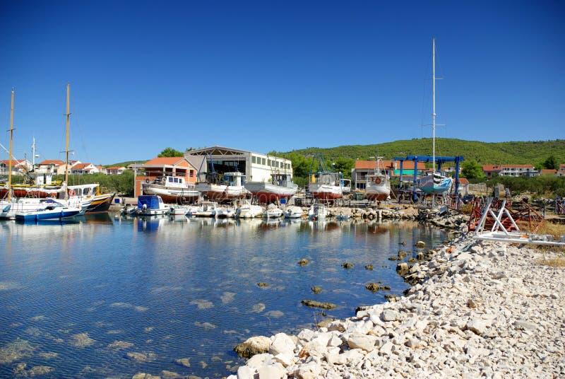 Μικρά ναυπηγείο θάλασσας και λιμάνι, επισκευή σκαφών στοκ φωτογραφία με δικαίωμα ελεύθερης χρήσης