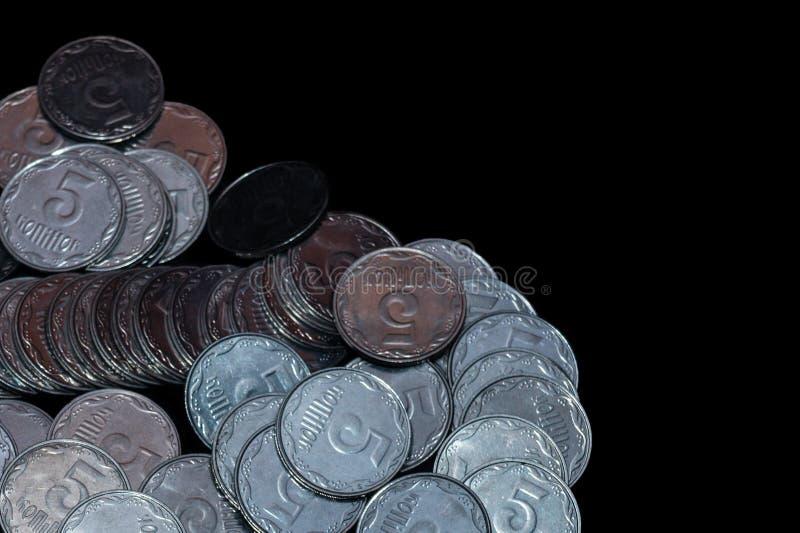 Μικρά ουκρανικά νομίσματα που απομονώνονται στο μαύρο υπόβαθρο στενό χρωμάτων ύδωρ όψης κρίνων μαλακό επάνω στοκ φωτογραφίες με δικαίωμα ελεύθερης χρήσης
