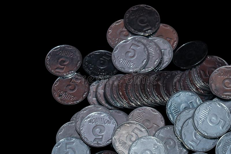 Μικρά ουκρανικά νομίσματα που απομονώνονται στο μαύρο υπόβαθρο Κινηματογράφηση σε πρώτο πλάνο στοκ εικόνα με δικαίωμα ελεύθερης χρήσης