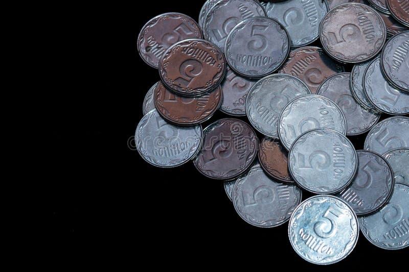 Μικρά ουκρανικά νομίσματα που απομονώνονται στο μαύρο υπόβαθρο στοκ φωτογραφία με δικαίωμα ελεύθερης χρήσης