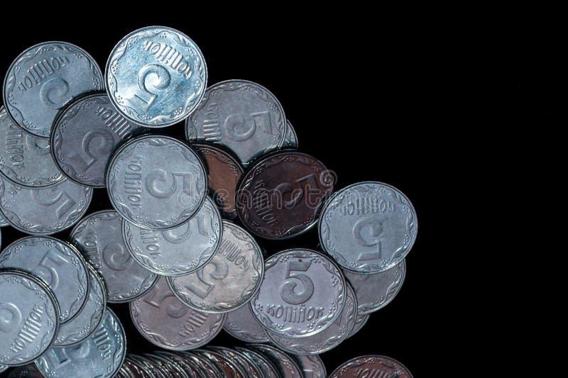 Μικρά ουκρανικά νομίσματα που απομονώνονται στο μαύρο υπόβαθρο Κινηματογράφηση σε πρώτο πλάνο στοκ φωτογραφίες με δικαίωμα ελεύθερης χρήσης