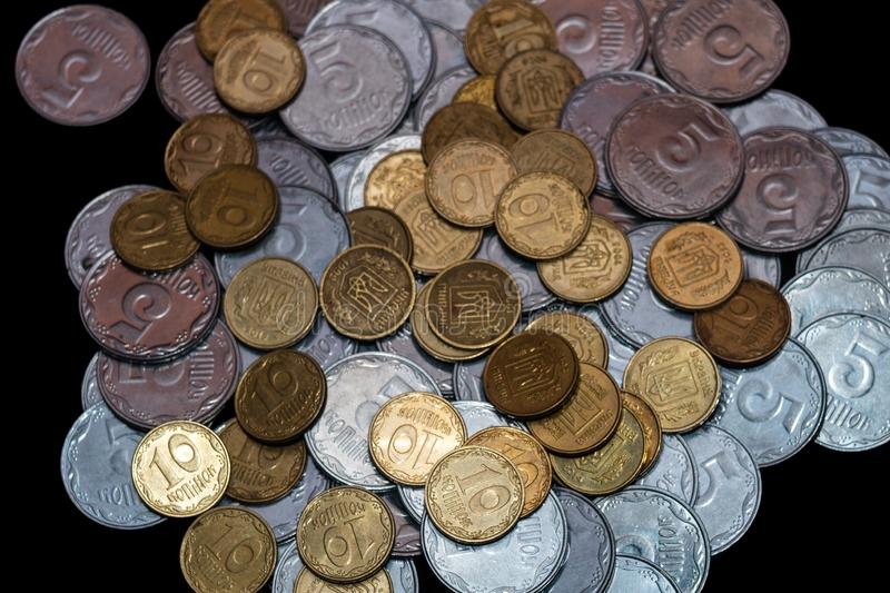 Μικρά ουκρανικά νομίσματα που απομονώνονται στο μαύρο υπόβαθρο Κινηματογράφηση σε πρώτο πλάνο στοκ φωτογραφία με δικαίωμα ελεύθερης χρήσης
