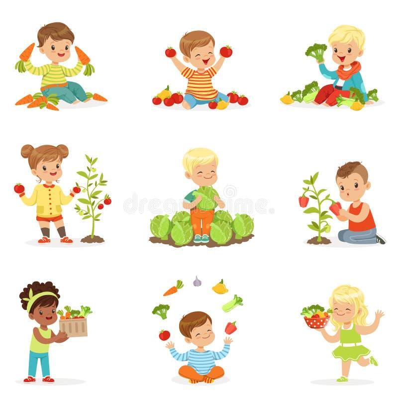 Μικρά παιδιά που έχουν τη διασκέδαση και που παίζουν με τα λαχανικά, που τίθενται για το σχέδιο ετικετών Τα κινούμενα σχέδια απαρ ελεύθερη απεικόνιση δικαιώματος