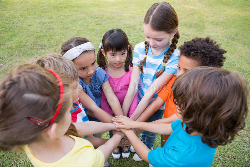 Μικρά παιδιά που βάζουν τα χέρια από κοινού στοκ εικόνα με δικαίωμα ελεύθερης χρήσης