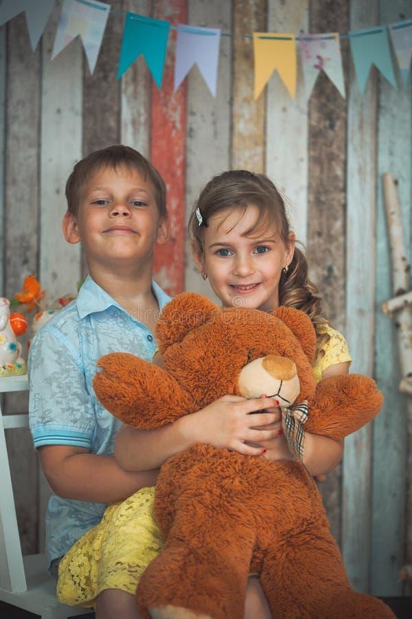 Μικρά παιδιά που παίζουν με τα παιχνίδια στοκ φωτογραφία με δικαίωμα ελεύθερης χρήσης