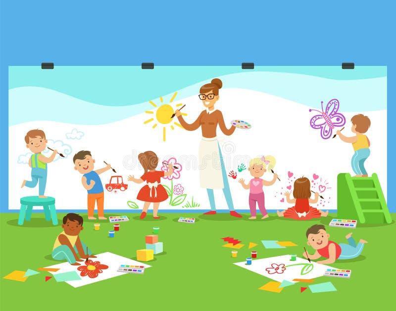 Μικρά παιδιά στην κατηγορία τέχνης που σύρει και που χρωματίζει με το δάσκαλο σε έναν παιδικό σταθμό απεικόνιση αποθεμάτων